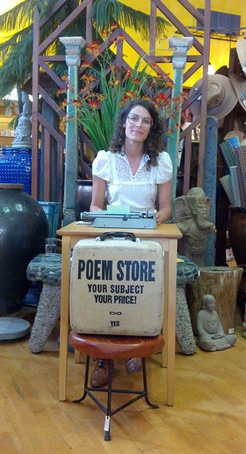 Jacquelin Suskin chờ khách mua thơ tại một tiệm bán hàng lưu niệm ở Arcata, Bắc California. (Facebook)